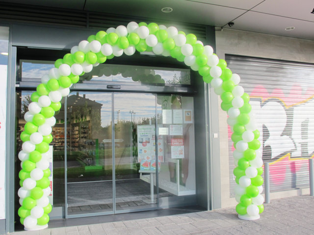 Arco de globos para farmacias trebol for Decoracion de farmacias