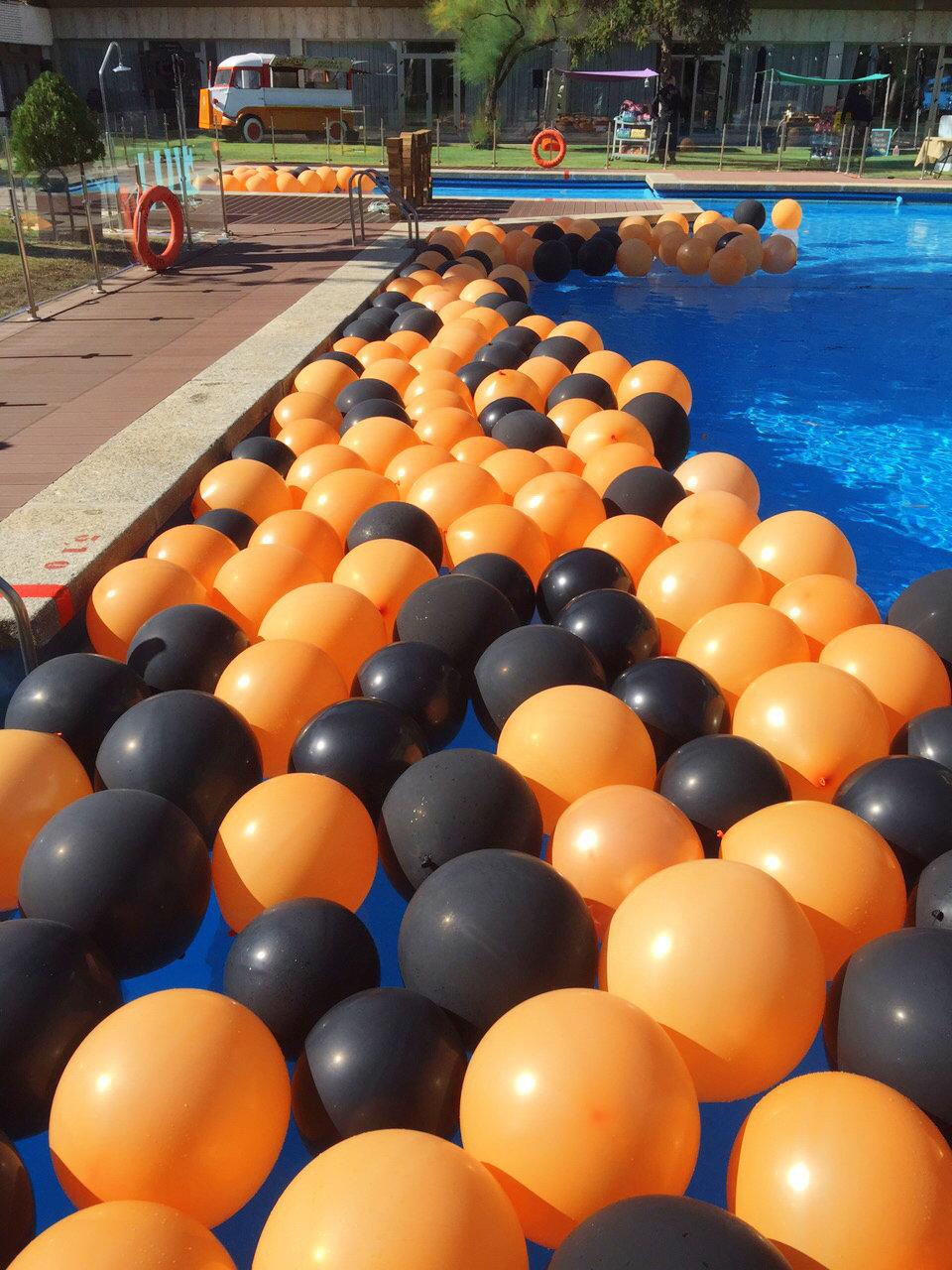 Piscina con globos para exclama for Decoracion para piscinas