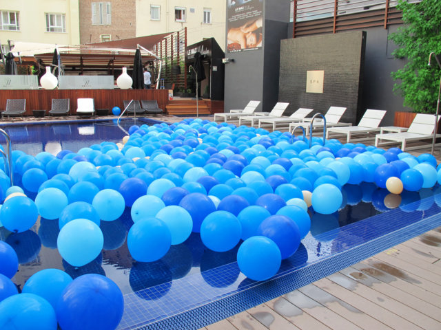 Decoraci n de piscina con globos for Decoracion para piscinas
