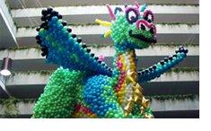 Podemos realizar creativamente la forma que desees con globos, creamos impresionantes figuras con globos